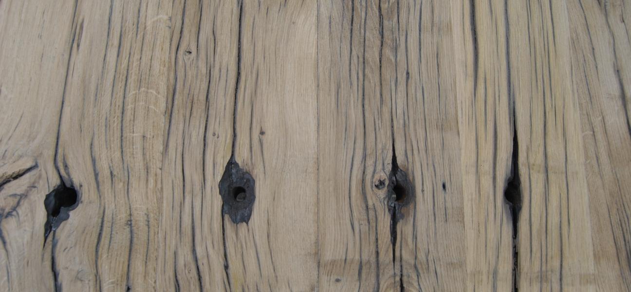 De meubelmakers spelen met de structuur van het hout
