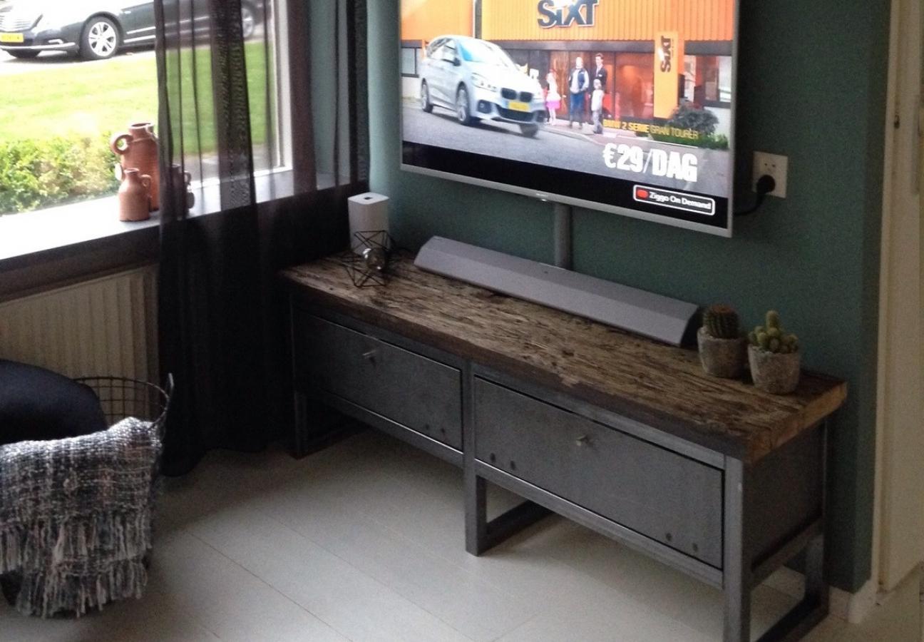 TV meubel geborstelde oude grenen wagondelen met stalen onderstel